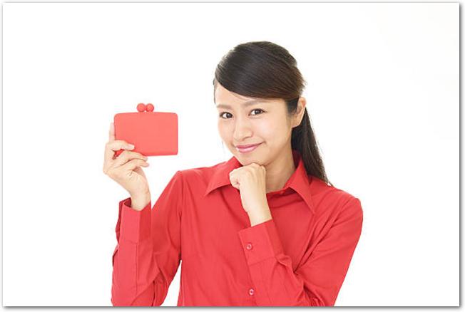 財布を持つ若い女性の様子